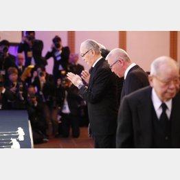 祭壇に向かって拝む長嶋終身名誉監督(中央)。右は野村氏(C)日刊ゲンダイ