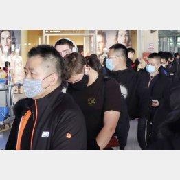 マスク姿だらけの北京国際空港(C)共同通信社