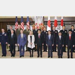 ポチになりきっている(日米安保条約調印60年の記念式典)/(代表撮影)