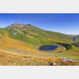 紅葉の季節の鳥海湖と鳥海山(C)アマナイメージズ/共同通信イメージズ