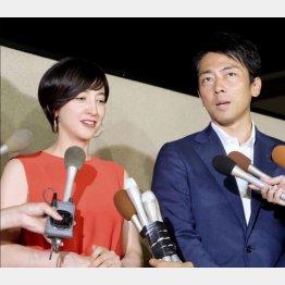 滝川クリステルさん(左)と小泉進次郎氏(C)日刊ゲンダイ