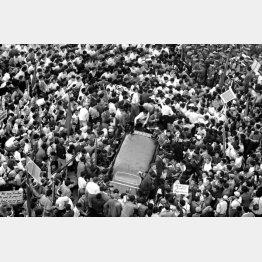 アイゼンハワー米大統領訪日の打ち合わせで来日したハガチー大統領新聞係秘書が安保闘争のデモ隊に包囲され、羽田から米軍ヘリで脱出した(1960年6月10日)/(C)共同通信社