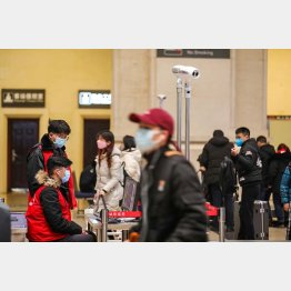 中国・武漢の漢口駅内で、ボディチェックで乗客の体温を感知する熱スキャナをモニターする行政職員(C)ロイター/中国日報