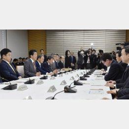 首相官邸で開かれた新型コロナウイルス対策に関する関係閣僚会議(C)共同通信社