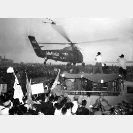 デモ隊の包囲の中、ハガチー氏を救出して飛び立つ米海兵隊のヘリコプター(1960年6月10日、羽田空港)/(C)共同通信社