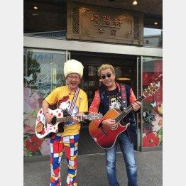 「崎陽軒」森たけしアナウンサー(左)とシウマイ弁当の歌の発表イベントで(C)日刊ゲンダイ