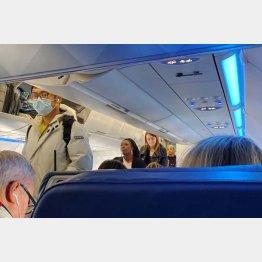 ボストンでコロナウイルスの患者が確認された後、マスクをして飛行機に搭乗する乗客(C)ロイター