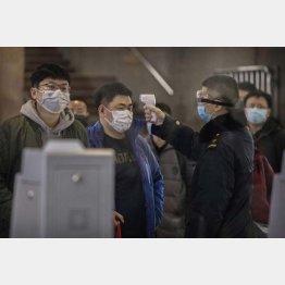 春節スタート。北京では武漢からの旅客の熱を検査(24日)/(C)ゲッティ=共同