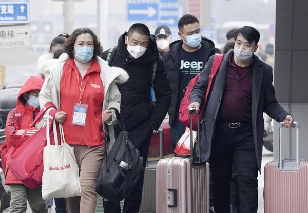 中国国内は厳戒態勢(北京駅周辺でマスクを着用して歩く人たち)/(C)共同通信社