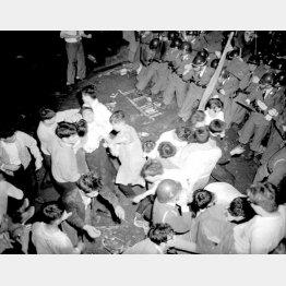 6月15日、右翼がデモ隊に殴り込みをかけたのをきっかけに全学連主流派4000人が国会南通用門から構内に突入し警官隊と乱闘になった(1960年)/(C)共同通信社