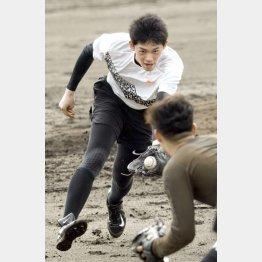 27日、石垣島で守備練習をした佐々木朗希(C)共同通信社
