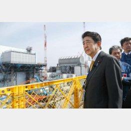 福島第1原発を視察する安倍首相(2019年4月)/(代表撮影)