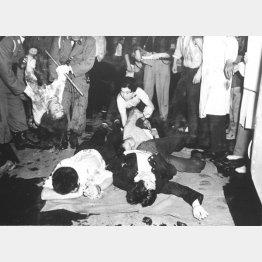 右翼がデモ隊に殴り込みをかけて乱闘になり、混乱で東大生の樺美智子さんが死亡した(1960年6月15日)/(C)共同通信社