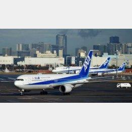 29日午前、邦人を乗せて中国・武漢から到着した日本政府の全日空チャーター機(羽田空港)/(C)共同通信社