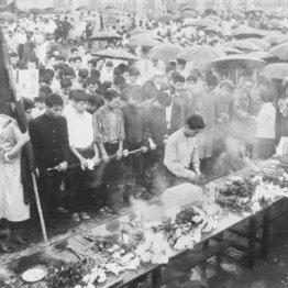 樺美智子さんが犠牲となった場所に黙とうを捧げる全学連(1960年6月16日、国会南通用門)/