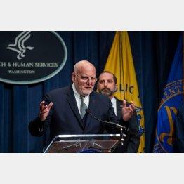 28日、保健社会福祉省(HHS)でコロナウィルス発生について会見する疾病管理予防センターのロバート・レッドフィールド長官(C)ロイター