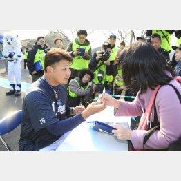 この日の練習後にサイン会を実施した松坂(C)日刊ゲンダイ