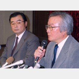 2001年、写真週刊誌「FOCUS」の休刊発表会見に臨む新潮社の松田宏取締役(=右、当時)/(C)共同通信社