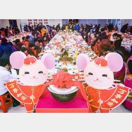 武漢市百歩亭コミュニティー活動センターで「万家宴」に参加する住民たち(C)新華社/共同通信イメージズ
