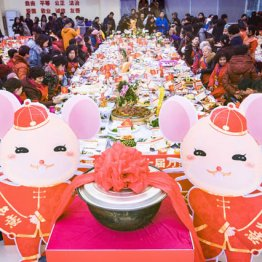 武漢市百歩亭コミュニティー活動センターで「万家宴」に参加する住民たち