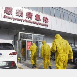 病院は安心じゃない?(発熱のある患者向けの病院の窓口=北京市)/(C)共同通信社
