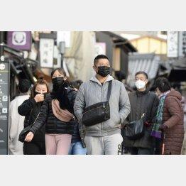 マスクを着け、京都の観光地・清水坂を散策する人たち(C)共同通信社