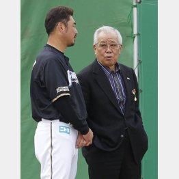 日本ハムのコーチ時代に野村氏(右)と話す筆者(C)日刊ゲンダイ