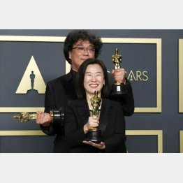 第92回アカデミー賞授賞式で韓国映画「パラサイト 半地下の家族」のポン・ジュノノ監督(前は、プロデューサーのクァク・シンエ)/(C)ロイター