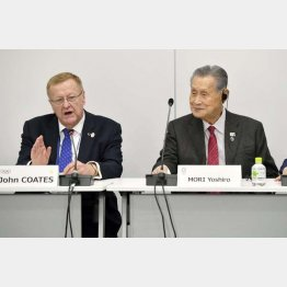 東京五輪・パラリンピック組織委員会の森喜朗会長(左)とIOCコーツ調整委員長(代表撮影)