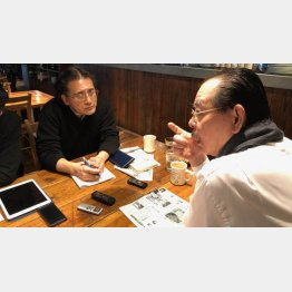 野田義治氏(右)と筆者(C)日刊ゲンダイ
