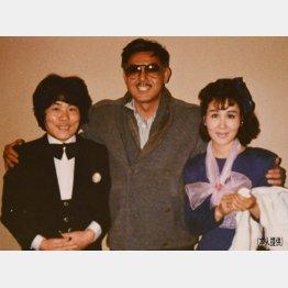 日本テレビ「元祖どっきりカメラ」のスタジオ収録の後で。宍戸錠さんと(左が林家ぺー、右が林家パー子夫妻)/(提供写真)