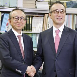 三菱UFJフィナンシャル・グループの社長に就任する亀沢宏規副社長(左)と副会長に就く三毛兼承社長