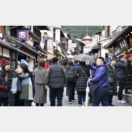 多くの外国人観光客などで混雑した、京都市の清水寺付近も今では…(C)共同通信社