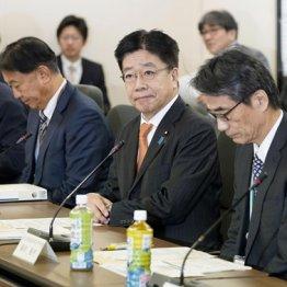 3万人以上が検査した韓国に比べ日本は50分の1(基本方針議論のため専門家会議に臨む加藤厚労相=中央、24日)