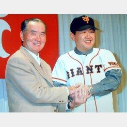 1999年12月、FA会見で巨人の長嶋監督(左)と笑顔を見せる江藤(C)日刊ゲンダイ