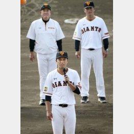 手締めの前にあいさつする坂本(後方は左から原監督、元木ヘッドコーチ)/(C)共同通信社