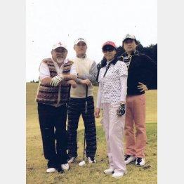 ゴルフでワイワイが楽しい(左端が本人)/(提供写真)