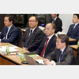 会議に出席する巨人の今村球団社長(左から2番目)ら(代表撮影)