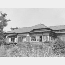 話し合いが持たれた荻外荘の外観。現在は日本政治史上の重要な場所として国の史跡に指定されている(1945年撮影)/(C)共同通信社