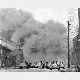 日中戦争で南京の中華門に向けて一斉砲撃を加える日本軍戦車隊(1937年12月)/(C)共同通信社