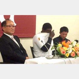 会見中に涙を拭うモタ(中央)。左は今村球団社長(C)日刊ゲンダイ