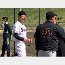 練習中に巨人の阿部二軍監督(右)に挨拶する奥川(C)日刊ゲンダイ