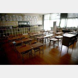 新型コロナウイルスの影響で休校となり、登校時間になってもひっそりとする大阪市内の小学校の教室(C)共同通信社