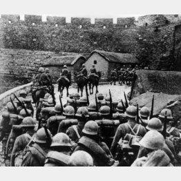 侵略戦争で中国の町に入る日本の軍隊(1934年ごろ)/(C)World History Archive/ニューズコム/共同通信イメージズ