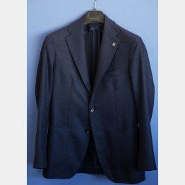 どんな服装にも合わせられるネイビーのジャケット(C)日刊ゲンダイ
