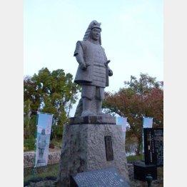 坂本城址公園の光秀像(C)日刊ゲンダイ