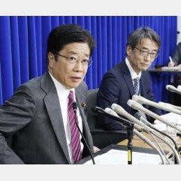 専門家会議の座長は感染研所長(右)/(C)共同通信社