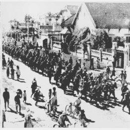 ベトナム・海防(ハイフォン)市を行進する日本の一色部隊=撮影年月日不明(C)共同通信社