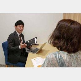 カウンセリング責任者(取材当時)の奥田拓陽さん(左)と筆者(C)日刊ゲンダイ