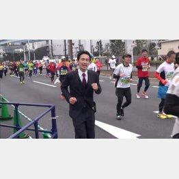 スーツ姿で東京マラソンに出場(提供写真)